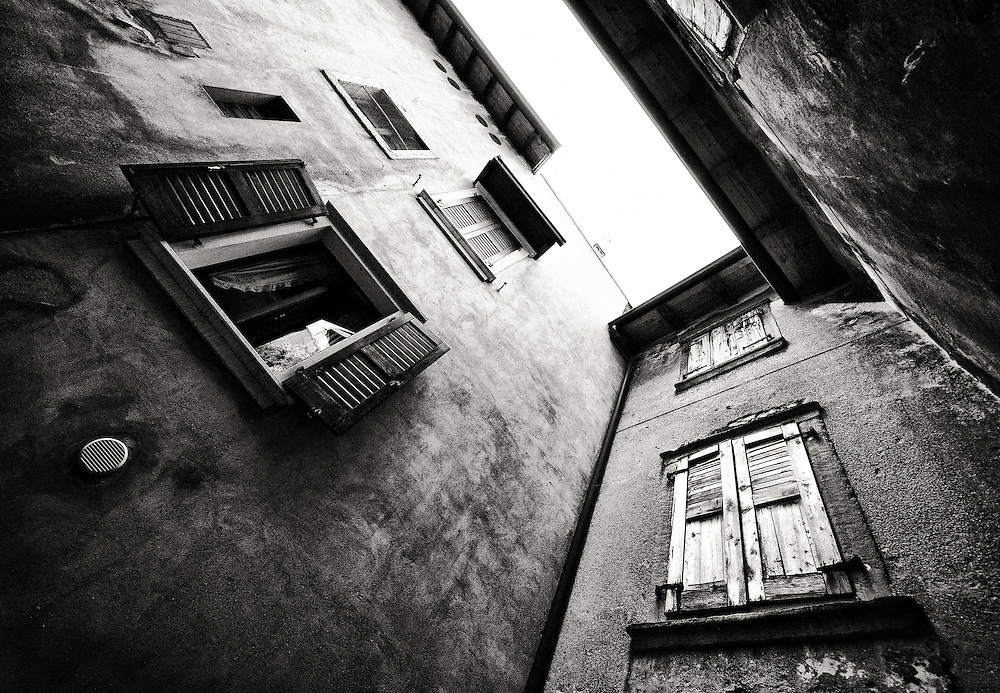 Italy - Malcesine - Windows BW