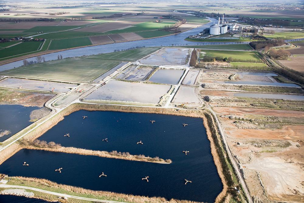 Nederland, Noord-Brabant, Dinteloord, 04-03-2008; voormalige vloeivelden van de SuikerUnie suikerfabriek in Stampersgat (in de achtergrond); de velden werden gebruikt voor het reinigen van afvalwater (o.a. ontstaan door het wassen van de suikerbieten); op het terrein zal een biovergistingsinstallatie gebouwd gaan worden; bieten, biomassa, bioenergie, bio-energie; former 'flow fields' of the sugar refinery SuikerUnie (Sugar Union) in Stampersgat (in the background); the fields were used for purification of waste water (caused by washing the sugar beets); on the grounds a Bio fermentation installation will be build to generate bio-energy; sugar beet, biomass, Bioenergy, bio-energy.    .luchtfoto (toeslag); aerial photo (additional fee required); .foto Siebe Swart / photo Siebe Swart