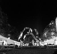 To tomme benker og en skulptur i Berlin sentrum om natten. <br /> <br /> Two empty benches next to a sculpture in Berlin downtown.