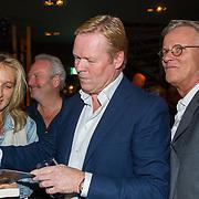 NLD/Scheveningen/20171107 - Boekpresentatie Deal, Ronald Koeman signeert het boek