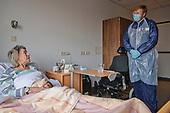 Koning Willem Alexander bezoekt verpleegafdeling voor coronapatienten