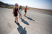 Teamleden bekijken samen met Lieske Yntema (rechts), de vrouwelijke rijder van het team, het parcours. Het Human Power Team Delft en Amsterdam (HPT), dat bestaat uit studenten van de TU Delft en de VU Amsterdam, is in Amerika om te proberen het record snelfietsen te verbreken. Momenteel zijn zij recordhouder, in 2013 reed Sebastiaan Bowier 133,78 km/h in de VeloX3. In Battle Mountain (Nevada) wordt ieder jaar de World Human Powered Speed Challenge gehouden. Tijdens deze wedstrijd wordt geprobeerd zo hard mogelijk te fietsen op pure menskracht. Ze halen snelheden tot 133 km/h. De deelnemers bestaan zowel uit teams van universiteiten als uit hobbyisten. Met de gestroomlijnde fietsen willen ze laten zien wat mogelijk is met menskracht. De speciale ligfietsen kunnen gezien worden als de Formule 1 van het fietsen. De kennis die wordt opgedaan wordt ook gebruikt om duurzaam vervoer verder te ontwikkelen.<br /> <br /> Team members take a look of the track with Lieske Yntema (right), the female rider of the team. The Human Power Team Delft and Amsterdam, a team by students of the TU Delft and the VU Amsterdam, is in America to set a new  world record speed cycling. I 2013 the team broke the record, Sebastiaan Bowier rode 133,78 km/h (83,13 mph) with the VeloX3. In Battle Mountain (Nevada) each year the World Human Powered Speed Challenge is held. During this race they try to ride on pure manpower as hard as possible. Speeds up to 133 km/h are reached. The participants consist of both teams from universities and from hobbyists. With the sleek bikes they want to show what is possible with human power. The special recumbent bicycles can be seen as the Formula 1 of the bicycle. The knowledge gained is also used to develop sustainable transport.