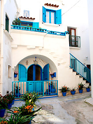 Foto che raccolgono i colori e la struttura geometrica del centro storico di Otranto