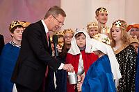 06 JAN 2012, BERLIN/GERMANY:<br /> Christian Wulff, Bundespraesident, steckt einen Umschlag in die Spendenbuechse, waehrend dem Sternsingerempfang der 54. Aktion Dreikoenigssingen 2012, Grosser Saal, Schloss Bellevue<br /> IMAGE: 20120106-01-038<br /> KEYWORDS: Sternsinger, Heilige drei Könige, Heilige drei Koenige, Dreikönigssingen