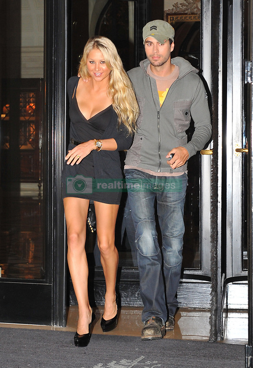 Anna Kournikova and Enrique Iglesias had diner at the Market restaurant after spending the day shopping for jewelery in Paris, France on September 24, 2009. Photo by ABACAPRESS.COM  | 202992_003