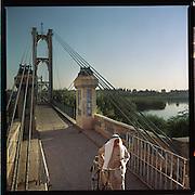 Syrie-september 2002.<br />Brugverbinding over de Eufraat.<br />De Suspension brug (loopbrug) in gebruik genomen in 1931, verbindt Al-Shamiyeh met Al-Jazeereh .<br />Foto: Sake Elzinga-Hollandse Hoogte