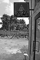 segnale che indica la toilette di una stazione ferroviaria SuD EST nel salento. Reportage che racconta le situazioni che si incontrano durante un viaggio lungo le linee ferroviarie SUD ESTnel Salento