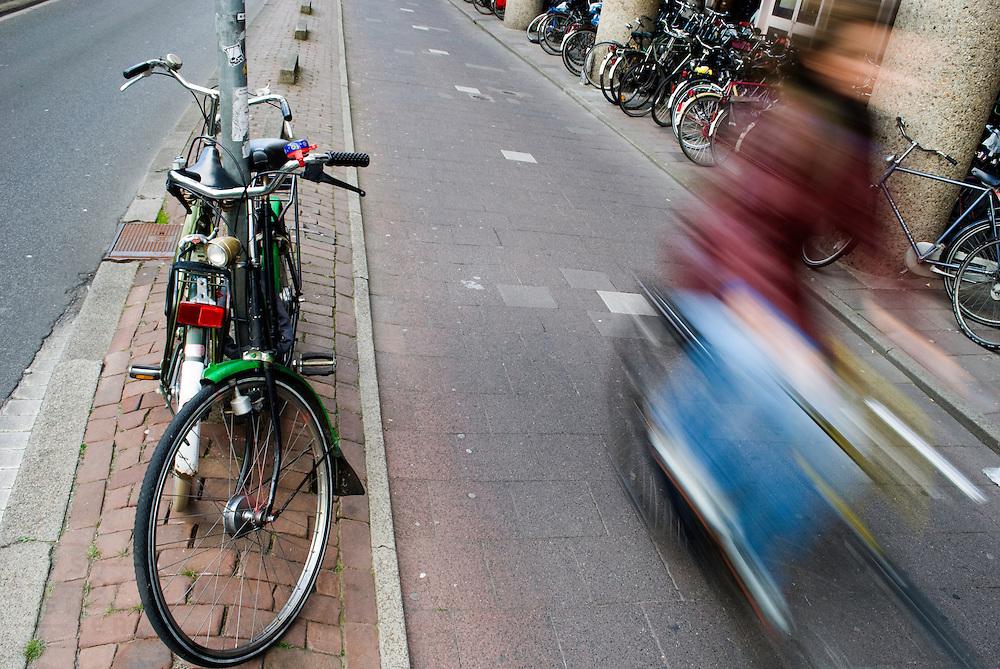 Rond het station van Utrecht is een groot tekort aan fietsenstallingen.<br /> <br /> The bike park near Utrecht Central Station .