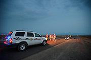 De sherrif van Battle Mountain praat met de teamleden. Het team test de VeloX V in de woestijn. Het Human Power Team Delft en Amsterdam (HPT), dat bestaat uit studenten van de TU Delft en de VU Amsterdam, is in Amerika om te proberen het record snelfietsen te verbreken. Momenteel zijn zij recordhouder, in 2013 reed Sebastiaan Bowier 133,78 km/h in de VeloX3. In Battle Mountain (Nevada) wordt ieder jaar de World Human Powered Speed Challenge gehouden. Tijdens deze wedstrijd wordt geprobeerd zo hard mogelijk te fietsen op pure menskracht. Ze halen snelheden tot 133 km/h. De deelnemers bestaan zowel uit teams van universiteiten als uit hobbyisten. Met de gestroomlijnde fietsen willen ze laten zien wat mogelijk is met menskracht. De speciale ligfietsen kunnen gezien worden als de Formule 1 van het fietsen. De kennis die wordt opgedaan wordt ook gebruikt om duurzaam vervoer verder te ontwikkelen.<br /> <br /> The sherrif talks to the team members. The team tests the VeloX V. The Human Power Team Delft and Amsterdam, a team by students of the TU Delft and the VU Amsterdam, is in America to set a new  world record speed cycling. I 2013 the team broke the record, Sebastiaan Bowier rode 133,78 km/h (83,13 mph) with the VeloX3. In Battle Mountain (Nevada) each year the World Human Powered Speed Challenge is held. During this race they try to ride on pure manpower as hard as possible. Speeds up to 133 km/h are reached. The participants consist of both teams from universities and from hobbyists. With the sleek bikes they want to show what is possible with human power. The special recumbent bicycles can be seen as the Formula 1 of the bicycle. The knowledge gained is also used to develop sustainable transport.