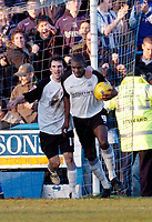 Photo: Leigh Quinnell.<br /> Chesterfield v Southend United. Coca Cola League 1. 18/02/2006. Southends Mitchell Cole congratulates Shaun Goater(R) after he scored.