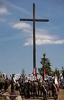 19.07.2015 Giby woj podlaskie Obchody 70. rocznicy Oblawy Augustowskiej - najwiekszej zbrodni w powojennej Polsce przy krzyzu w Gibach , ktory jest symbolicznym grobem ofiar . W lipcu 1945 roku Sowieci uprowadzili okolo 600 mieszkancow Augustowszczyzny , Sejnenszczyzny i Suwalszczyzny . Do tej pory nie wiadomo, gdzie znajduja sie ich groby . Sledztwo w tej sprawie trwa od 2001 roku . Akta licza juz ponad 70 tomow zas rozwiazaniem zagadki zajmuje sie zespol prokuratorow IPN , ktorzy przesluchali do tej pory ponad 700 swiadkow fot Michal Kosc / AGENCJA WSCHOD