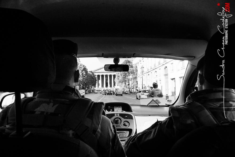mardi 9 août 2016, 18h08, Paris VIII. Patrouille en véhicule du 12ème Régiment de Cuirassiers devant l'église de la Madeleine.