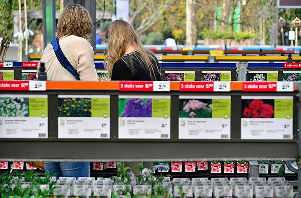 Nederland, Malden, 8-3-2014Drukte bij tuincentrum Intratuin vanwege de eerste lentedag van het jaar.Foto: Flip Franssen/Hollandse Hoogte