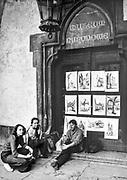 Młodzi plastycy wystawiający swoje prace przed wejściem do Muzeum Narodowego w Sukiennicach. Kraków, początek lat 80. XX wieku