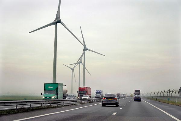 Nederland, Andelst, 11-11-2018 Windmolens in een windpark langs de snelweg A15. Schone duurzame energie. Verkeer rijdend op fossiele brandstof komt erlangs. Boeren, boerenland Foto: Flip Franssen