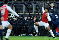 20-10-2009 VOETBAL: AZ - ARSENAL: ALKMAAR<br /> AZ in slotminuut naast Arsenal 1-1 / Robin van Persie kijkt toe<br /> ©2009-WWW.FOTOHOOGENDOORN.NL