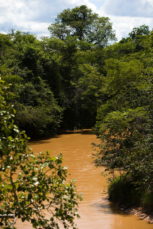 Januaria_MG, Brasil...A fazenda Agroecologica Soma, se intitula uma fazenda produtora de agua. Localiza no municipio de Januaria, a 250 km de Montes Claros, usa a tecnica de Barraginhas ou Bacias de Captacao de Agua de Chuva para recuperar os lencois freaticos e consequentemente os rios da regiao. Em 2005, foram construidas mais de 300 barraginhas na regiao, e acredita-se que o volume de agua dos lencois freaticos cresceu, inclusive com a recuperacao de um rio que corta a propriedade...Na foto, uma vista do Rio Pardo, afluente do Rio Sao Francisco, proximo a regiao da fazenda...The Soma Agroecology farm, is called a farm producing water. Located in the city of Januaria, 250 km from Montes Claros, uses the technique  rainwater catchment to recover the ground water and consequently the rivers of the region. On 2005, they built 300 dam or rainwater catchment in the region, and it is believed that the volume of water of groundwater has grown, including the recovery of a river in the property...In this photo the Pardo river, this river is part of the Sao Francisco basin, this river is near to the farm...Foto: BRUNO MAGALHAES / NITRO