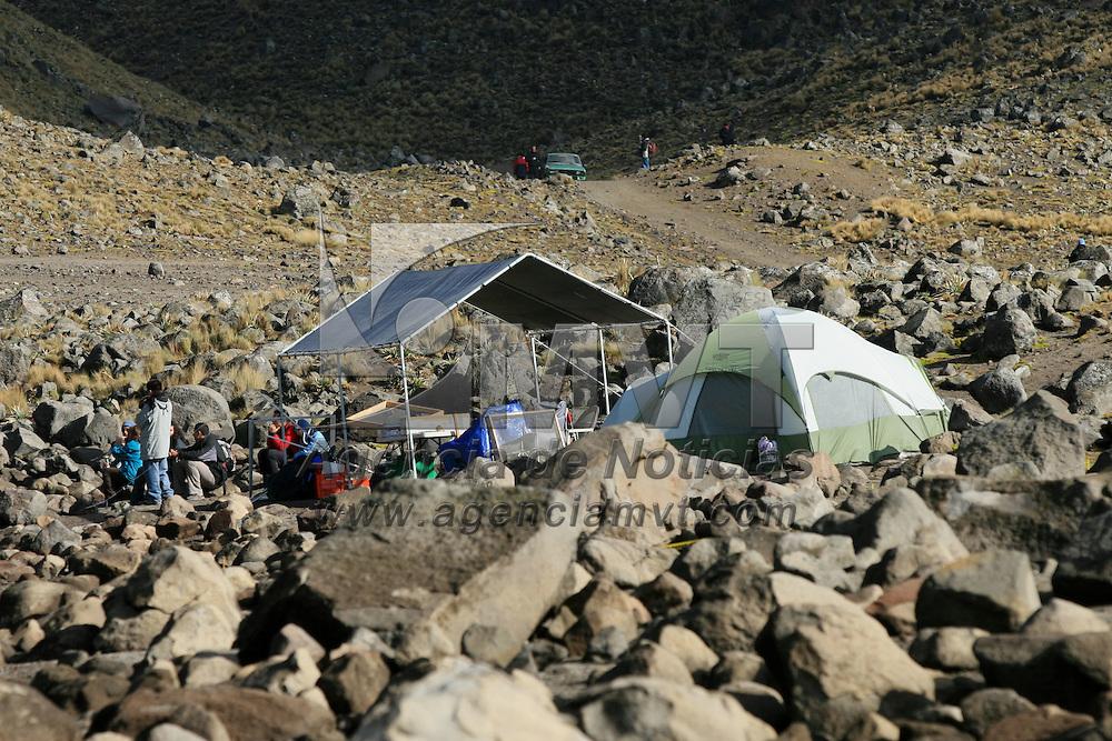 Toluca, Mex.- Campamento de los arqueólogos en la laguna de la luna ubicada en el interior del crater del volcan Xinantecatl (Nevado de Toluca) y donde se reporta el hallazgo de un centro astronómico y ceremonial prehispánico dedicado al dios de la lluvia Tlaloc. Agencia MVT / Mario Vazquez de la Torre. (DIGITAL)<br /> <br /> <br /> <br /> <br /> <br /> <br /> <br /> NO ARCHIVAR - NO ARCHIVE