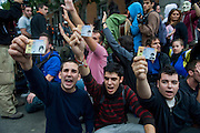 September 25 is called a demonstration to surround the Congress of Deputies in Madrid. The demonstration, at first was peaceful, was permitted until 10 pm but the police charged several times before time expires counterrevolutionary attendees to repel attacks. Disturvios finally ended a seriously injured, 64 mild and 27 arrested.These three young people show their identity card to the police asking why not show your ID.