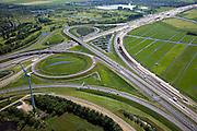Nederland, Noord-Holland, Amsterdam-Zuidoost, 12-05-2009; Knooppunt Holendrecht, begin verbreden van Rijksweg A2 (richting Abcoude). Om de doorstroming op de A2 structureel te verbeteren wordt de snelweg verbreed van 2x3 naar 2x5 rijstroken. In het knooppunt de heuvel bijgenaamd 'de appel'. Landart: deze (en andere) heuvels werden aangelegd om bij wegwerkzaamheden vrijgekomen grond op te slaan, de kloven geven zicht op andere weggedeeltes..Het weggedeelte tussen het knooppunt Holendrecht en Maarssen is een van de knelpunten die versneld wordt aangepakt om de economische schade ten gevolge van de files te bepreken. De versnelde aanpak is het mogelijk dankzij een speciale Spoedwet  .Swart collectie, luchtfoto (toeslag); Swart Collection, aerial photo (additional fee required).foto Siebe Swart / photo Siebe Swart
