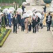 NLD/Apeldoorn/20190402 - Beatrix opent tentoonstelling The Garden of Earthly Worries , Prinses Beatrix bekijkt de beelden
