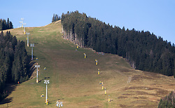 THEMENBILD - Blick auf die Bernkogelbahn mit grüner Piste und Schneekanonen, aufgenommen am 05. Dezember 2014, Saalbach, Österreich. Kein Wintereinbruch, Seilbahner warten auf Schnee bzw. auf einen Temperatursturz. Bergbahnen, die das kommende Wochenende mit dem Pistenbetrieb loslegen wollten, müssen noch warten, bis es kühler wird und damit eine Beschneiung möglich ist // View of the Bernkogel lift with snowless slopes and snow cannons, Saalbach Hinterglem, Austria on 2014/12/05. EXPA Pictures © 2014, PhotoCredit: EXPA/ JFK
