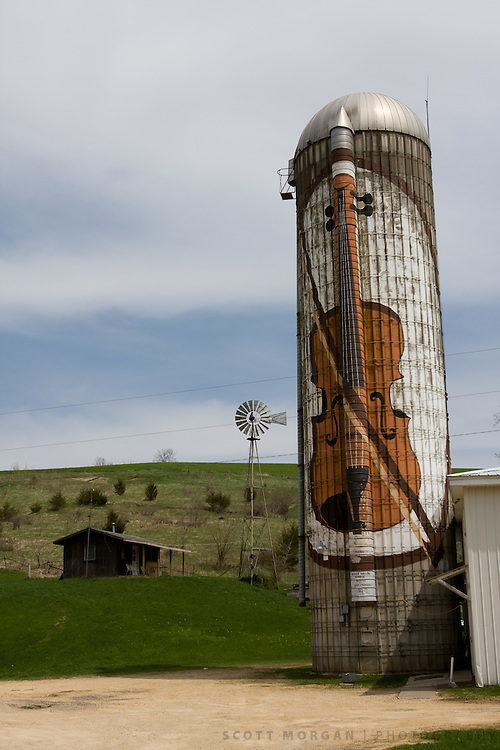 A silo painted with a fiddle marks the spot of a saloon along the Great River Road following the Mississippi River near Bellevue, Iowa.