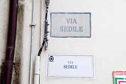 Leverano (LE) - In via Sedile è stata posta la nuova targa che indica il nome della via ed è stato scelto di porla al di sotto di quella originaria.