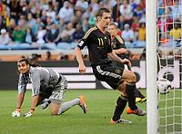 Fotball<br /> VM 2010<br /> Tyskland v Argentina<br /> 03.07.2010<br /> Foto: Witters/Digitalsport<br /> NORWAY ONLY<br /> <br /> 0:2 Tor Miroslav Klose (Deutschland), Torwart Sergio Romero<br /> Fussball WM 2010 in Suedafrika, Viertelfinale Argentinien - Deutschland