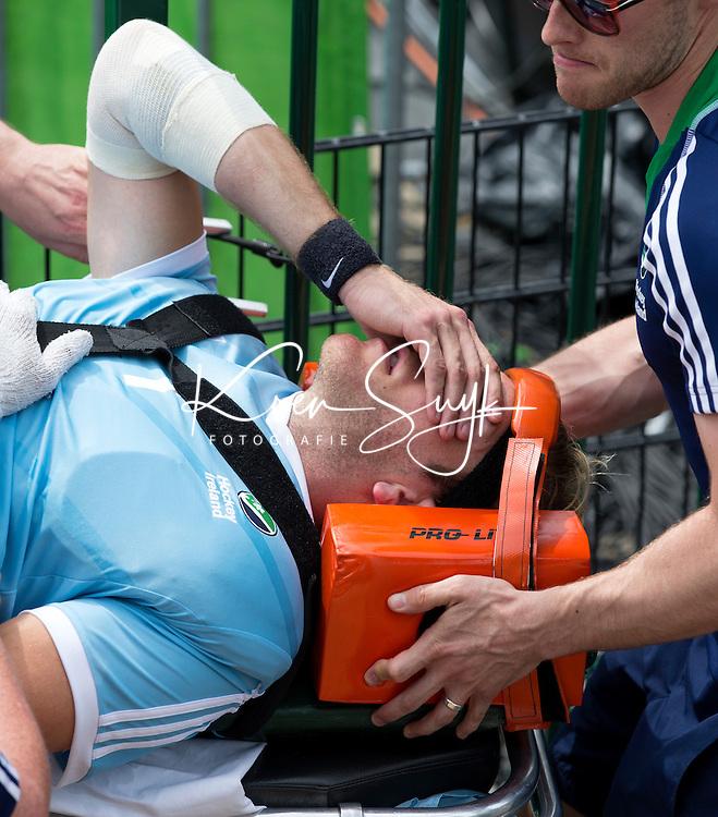 ANTWERP -  Nekblessure voor keeper David Harte.  Irish goalkeeper David  Harte leaves injured the pitch during  the hockeymatch   Ireland v China.   COPYRIGHT KOEN SUYK