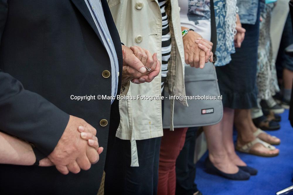Nederland, Sint Michielsgestel,bijeenkomst op het gemeentehuis voor nabestaanden en belangstellenden om eer te bewijzen aan de vliegtuig slachtoffers waaronder het gezin Paulissen. op de foto  1 minuut stilte voor de slachtoffers