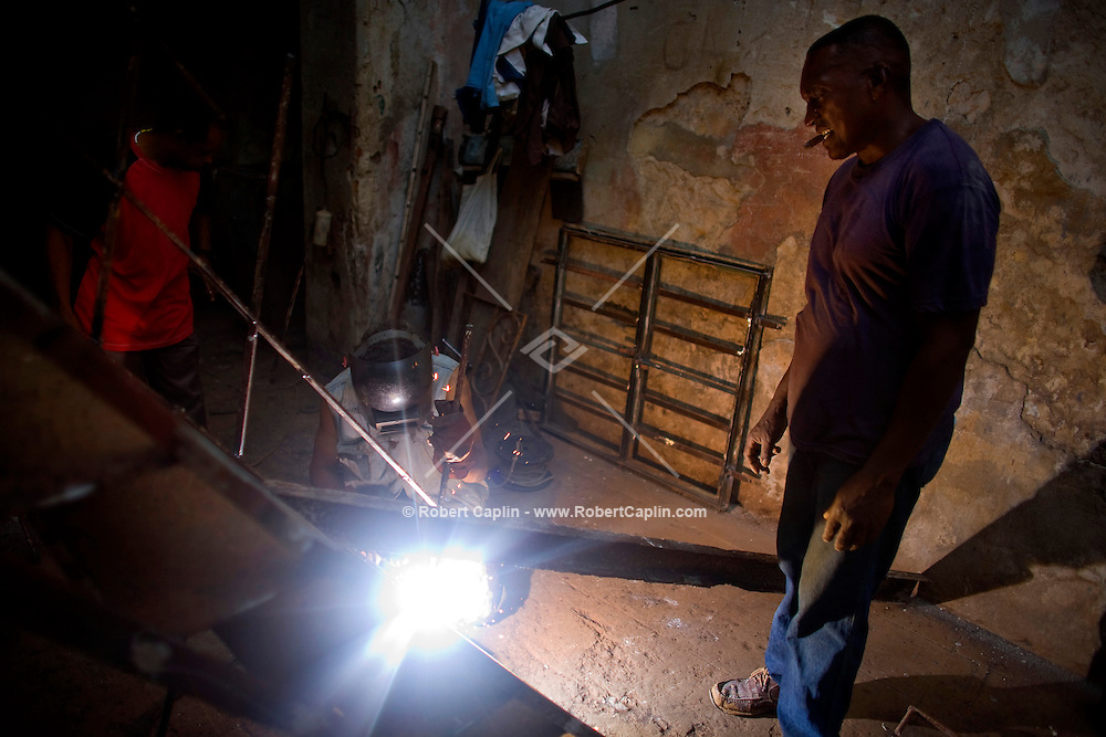 Cuban welding in alleyway