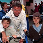 Fietstocht voor het Lilianefonds, Jaap Jongbloed met kinderen