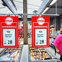 Nederland, Amsterdam , 19 september 2014.<br /> Dumpsuper Gekke Gerrit opent 12 september haar eerste vestiging aan de Spaarndammerstraat in Amsterdam. De website is in de lucht en binnenkort volgt een app die als 'nieuwe generatie' bonuskaart dient.<br /> De eerste vestiging van de nieuwe keten van dumpsupers komt aan de Spaarndammerstraat 590 in Amsterdam. Het assortiment bestaat naar eigen zeggen uit een wisselend assortiment A-merken tegen bodemprijzen. Daarnaast wordt een vast assortiment laaggeprijsde kruidenierswaren aangeboden en kwalitatief goed brood aangeboden<br /> Foto:Jean-Pierre Jans