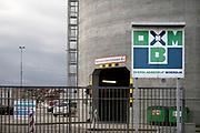 Nederland, Moerdijk, 20-2-2020  Overslagbedrijf Moerdijk, vliegasunie . Houtafval wordt in een schip geladen voor transport naar een biomassacentrale . Naast de afhandeling van droge bulkladingen en stukgoed heeft OBM alle vergunningen en is gespecialiseerd voor de afhandeling en opslag van alle soorten van verontreinigde materialen zoals droge bulk, zijnde diverse ertsen, mineralen, bouwstoffen, granen, biomassa en afvalstoffen, recycling stoffen. Ook wordt door OBM aansluitend binnenvaarttransport, railtransport, of wegtransport verzorgd.Foto: Flip Franssen
