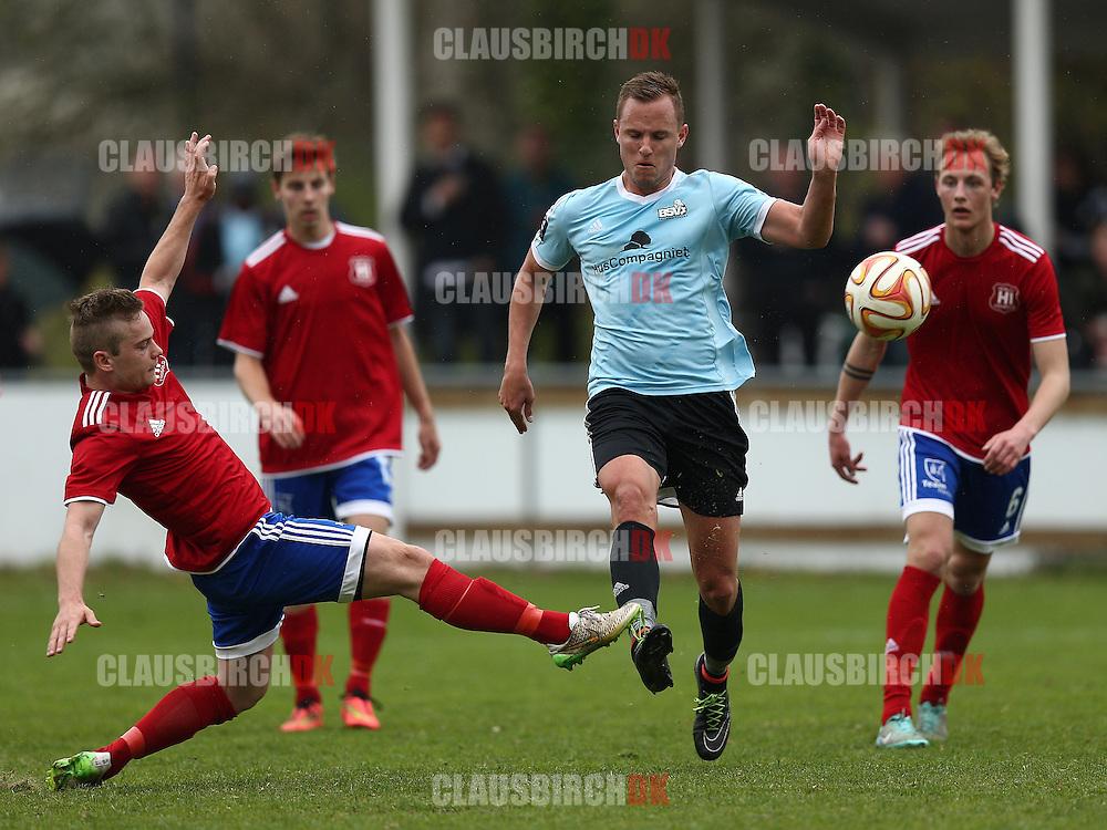 FODBOLD: Theis Jensen (Herlev) sparker væk foran Tobias Toftesgaard (BSV) under kampen i 2. Division Øst mellem BSV og Herlev den 25. april 2015 på Vedbæk Stadion. Foto: Claus Birch