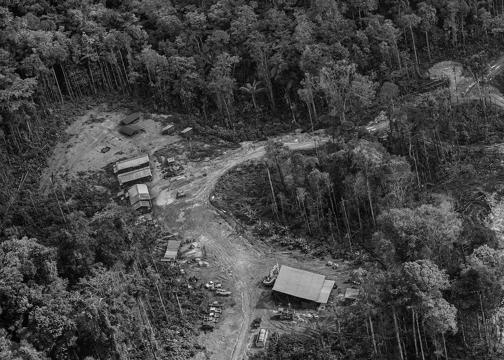 Saint-Elie, Guyane, 2015.<br /> <br /> Survol d'une concession minière légale.<br /> Le territoire de la commune s'étend sur 5680 km2. Le bourg de Saint-Elie bâti sur un gisement d'or à flanc de colline n'est plus propriétaire de l'intégralité de son foncier. Le village est maintenant cerné par des opérateurs miniers légaux.