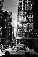 New York, buildings reflection on 42nd street. / Reflet sur une tour miroir