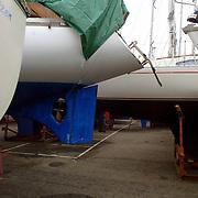 NLD/Huizen/20060104 - Jachthaven Gooierhoofd Huizen, boten op bokken ivm winterstalling, winter, wal, walkant, zeilboot, zeilbootje, kou, koud, afdekzeil, bokken, droge