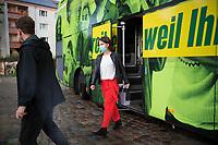 Teltow, 10.09.2021: Die Grünen-Kanzlerkandidatin Annalena Baerbock steigt aus ihrem Wahlkampfbus bei einer Wahlkampfveranstaltung von BÜNDNIS 90/DIE GRÜNEN. Vor ihr läuft ein Personenschützer.
