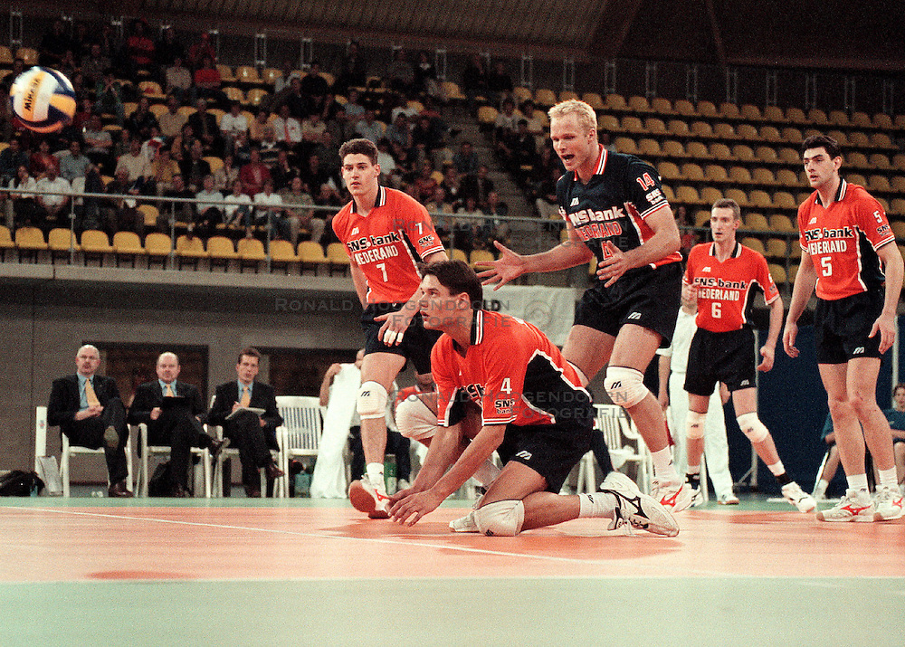 27-06-1998 VOLLEYBAL: WORLD LEAGUE: NEDERLAND - ARGENTINIE: EINDHOVEN<br /> Reinder Nummerdor, Marko Klok en Mike van de Goor<br /> ©1998-WWW.FOTOHOOGENDOORN.NL