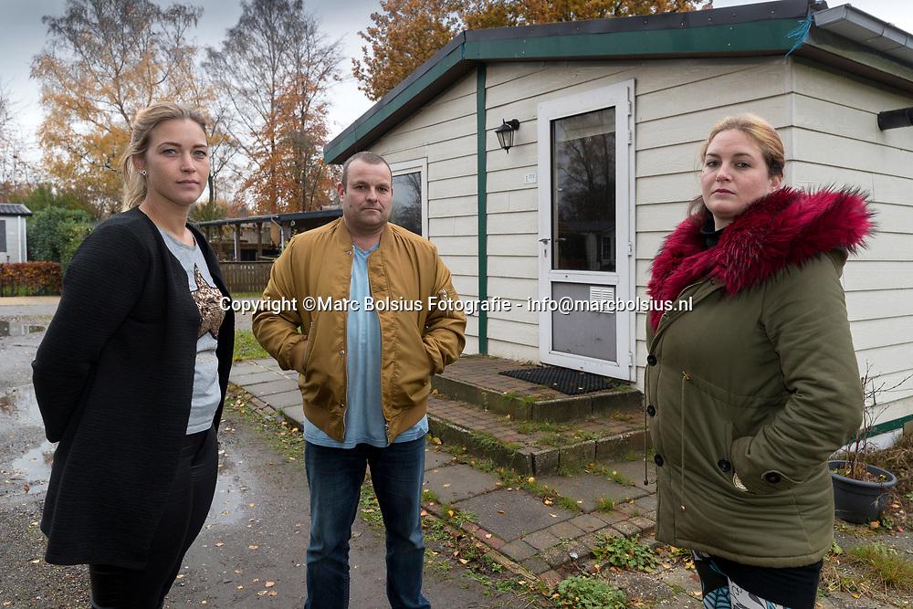 Nederland,  Schijndel, bewoners van vakantiewoningenpark de Molenheide verliezen hun huursubsidie. Foto Links Lisa Robbins,Manuel Rivas en Nica van Aken
