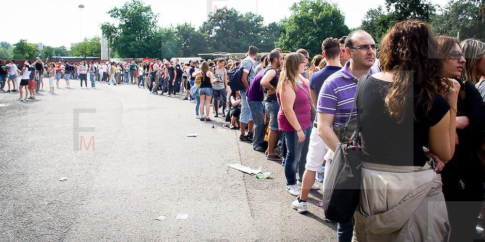I fans di Madonna allo stadio San Siro di Milano..Madonna fans at San Siro stadium in Milan