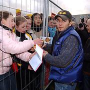 Opening Top 40 plein Almere 40 jarig bestaan, Men2B zanger, Anno deelt handtekeningen uit