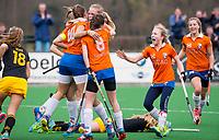 BLOEMENDAAL - hockey - Competitie Landelijk meisjes : Bloemendaal MB1-Den Bosch MB1 (1-1). Vreugde bij Bloemendaal.  rechts Lilli de Nooijer.   COPYRIGHT KOEN SUYK