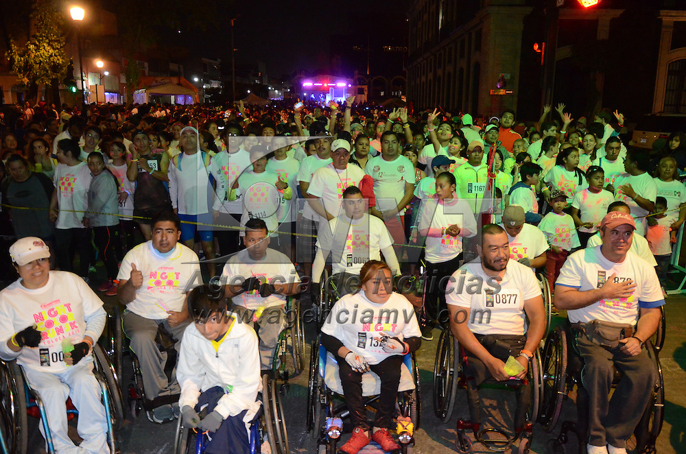 """Toluca, México.- Con la participación de Más de mil 500 personas se llevo acabo  la primera Carrera Atlética Nocturna """"Night Color Run"""" donde recorrieron 5 km por las principales arterias de la capital mexiquense. Agencia MVT / Arturo Hernández."""
