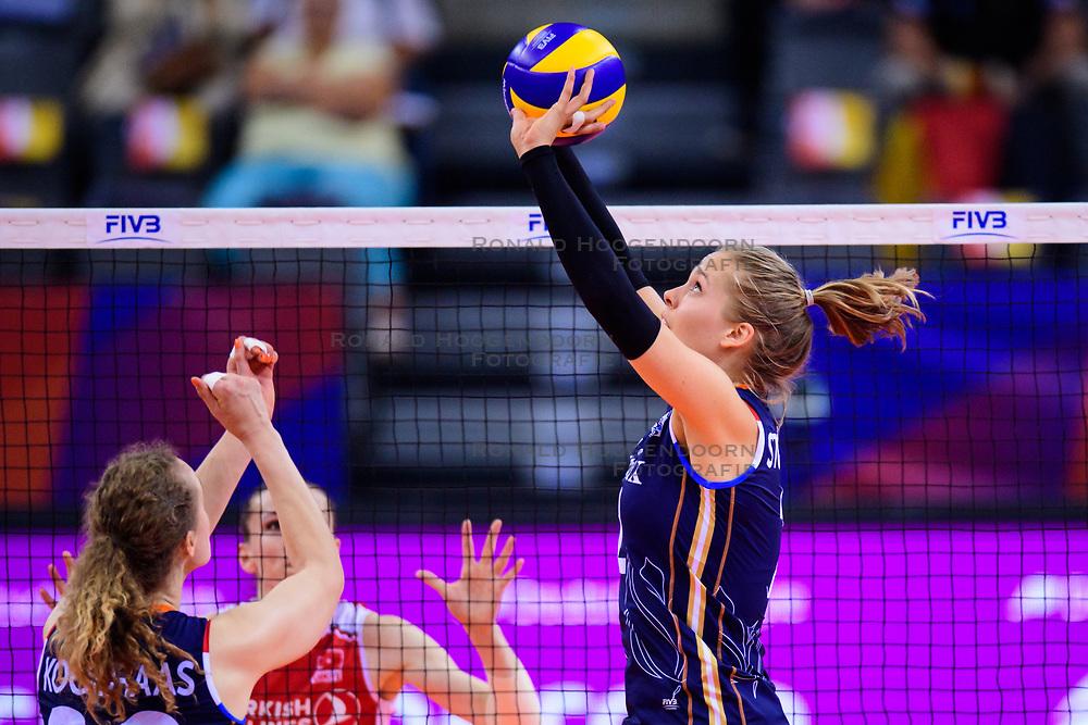 12.06.2018, Porsche Arena, Stuttgart<br /> Volleyball, Volleyball Nations League, Türkei / Tuerkei vs. Niederlande<br /> <br /> Nicole Koolhaas (#22 NED), Zuspiel Femke Stoltenborg (#2 NED)<br /> <br /> Foto: Conny Kurth / www.kurth-media.de