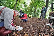 Nederland, Berg en Dal, 4-10-2020 Tijdens de landschapsparade konden wandelaars via een kleine cursus kennismaken met het lezen van het kompas en wandelkaarten .Foto: ANP/ Hollandse Hoogte/ Flip Franssen
