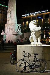 Em Amsterdã a cidade é repleta de ciclovias e, dos 740.000 habitantes, mais de 600.000 são usuários de bicicletas. Para todas as direções que apontam nossos olhares, vemos bicicletas. E não há limite de idade, crianças, jovens, adultos e idosos desfrutam do mesmo meio de transporte. Que pode ser próprio ou alugado.