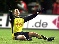 Fotball: 18.12.2001 Nürnberg, Deutschland,<br />1. Fussball Bundesliga, 1. FC Nürnberg - Borussia Dortmund, Dortmunds Jan Koller am Boden nach Tor zum 0:2. <br /><br />Foto:ALEX GRIMM, Digitalsport